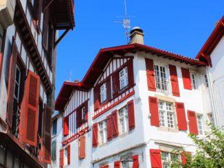 Maison cheminé ciel fenêtres